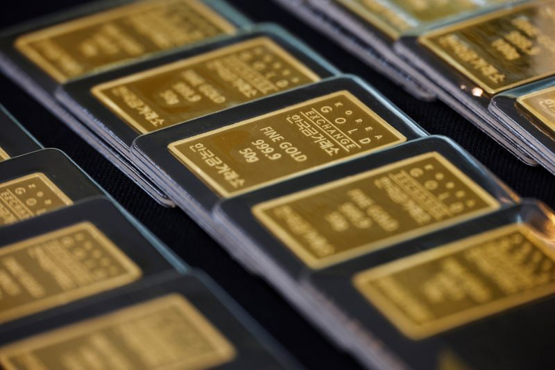 gold-inches-up,-but-set-for-first-monthly-decline-in-five